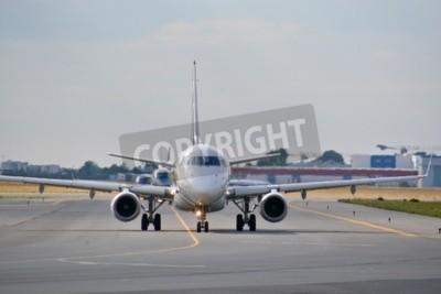 Papiers peints Ceci est une vue de LOT Polish Airlines Embraer ERJ 170 avion immatriculé SP-LDE sur l'aéroport Frédéric Chopin de Varsovie. 30 juillet 2015. Varsovie, en Pologne.