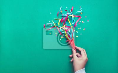 Papiers peints Célébration, idées de concepts de fond milieux avec main tenant des confettis colorés, des banderoles.