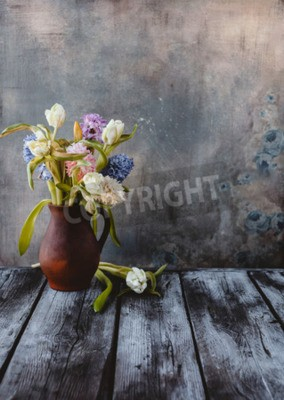 Papiers peints Ceramic jug with spring flowers on wooden table
