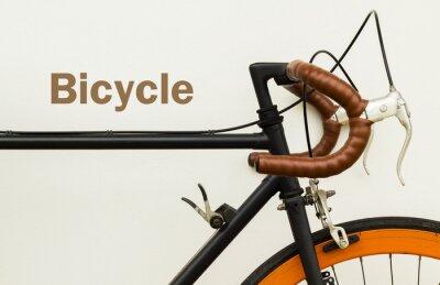 Papiers peints Certains des vieux vélo sur le mur blanc avec mot sur l'espace côté gauche.