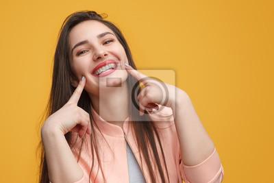 Papiers peints Charmante fille faisant sourire