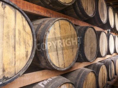 Papiers peints Chêne barils empilés pour le stockage des boissons alcoolisées telles que le vin, le whisky, le rhum, etc
