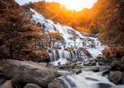 Papiers peints Chute de Mae Yah, belle cascade dans la forêt d'automne, province de Chiang Mai, Thaïlande