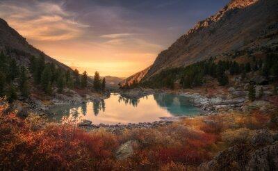 Papiers peints Ciel rose et miroir comme le lac sur le coucher du soleil avec la croissance de couleur rouge sur le premier plan, les montagnes de l'Altaï Nature des montagnes Paysage d'automne Photo