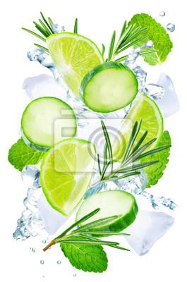 Citron vert, concombre, romarin et menthe battant avec éclaboussures d'eau et isolé