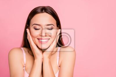 Papiers peints Close up portrait de tendre mignonne magnifique touchant les joues avec délice sur la peau lisse elle fille portant un soutien-gorge rose pâle isolé sur fond rose
