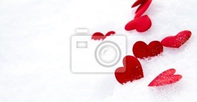 Coeurs rouges sur la neige
