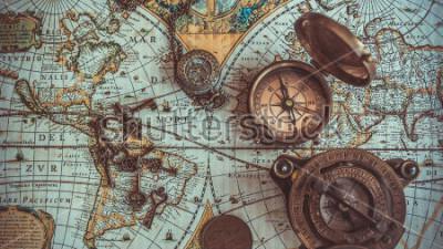 Papiers peints Collections anciennes d'objets rares de pirate, y compris avec boussole, ouvre-bouteille rétro vintage avec clé, squelette, boussole en laiton avec couvercle, pièce de monnaie en bronze sur carte d