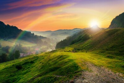 Papiers peints colline près du village dans la brume du matin