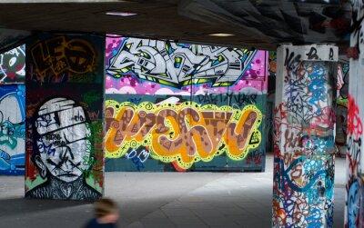 Papiers peints colorful graffiti under a bridge