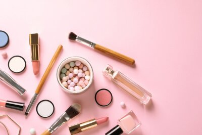 Papiers peints Composition à plat laïque avec des produits pour le maquillage décoratif sur fond rose pastel