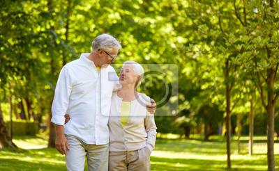 Papiers peints concept de vieillesse, relation et personnes - heureux couple de personnes âgées embrassant dans le parc de la ville