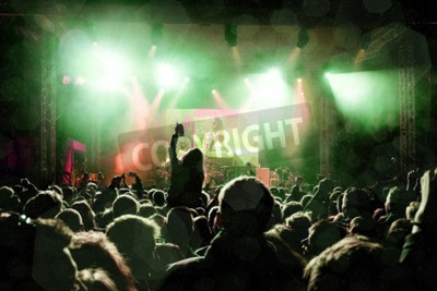 Papiers peints Concert de rock, des silhouettes de gens heureux qui se lèvent