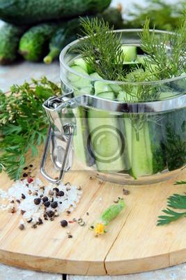 concombres dans le bocal avec du sel aneth et le poivre sur la table