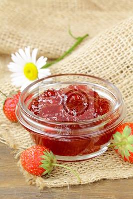 confiture de fraises et de baies fraîches sur la table