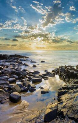 Papiers peints Coucher de soleil à la plage rocheuse