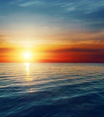 Papiers peints coucher de soleil rouge sur l'eau sombre