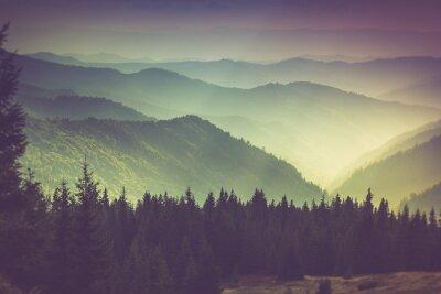 Papiers peints Couches de la montagne et de la brume dans les vallées.