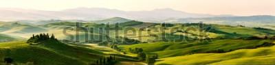 Papiers peints Couleurs belles et miraculeuses du paysage panorama printemps vert de la Toscane, en Italie.