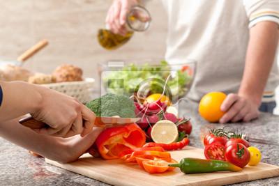 Papiers peints Couper un des légumes pour la salade
