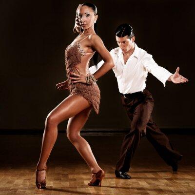 Papiers peints couple danse latino en action
