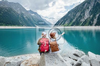 Papiers peints Couple de voyageurs regarde le lac de montagne. Voyage et concept de vie active avec l'équipe. Aventure et voyages dans les montagnes d'Autriche. Voyage - image