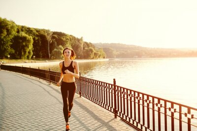 Papiers peints Courir femme. Runner le jogging en pleine lumière ensoleillée. FITN Femme