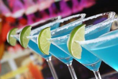 Papiers peints Curaçao bleu Cocktails à Martini Gläsern in einer Bar