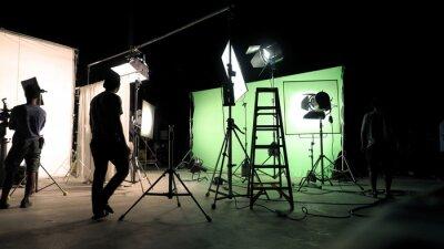 Papiers peints Dans les coulisses de la production de films ou de tournages de films publicitaires à la télévision, l'équipe d'équipe et le caméraman installent un écran vert pour la technique de la chrominance dans