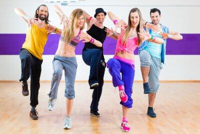 Papiers peints Danseuse à la formation de remise en forme Zumba en studio de danse