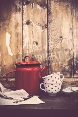 Papiers peints Décor de cuisine vintage, pot de café émail rouge et tasses avec des points de polka sur un vieux fond de plan de bois avec un espace de copie. Décor de maison rustique.