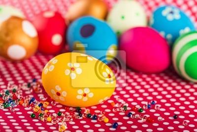 Décorations de Pâques - œufs avec des fleurs peintes sur la table