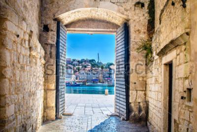 Papiers peints Découverte à la porte de la ville dans la vieille ville méditerranéenne de Trogir, Croatie Europe. / Porte de la ville de Trogir. / Mise au point sélective.