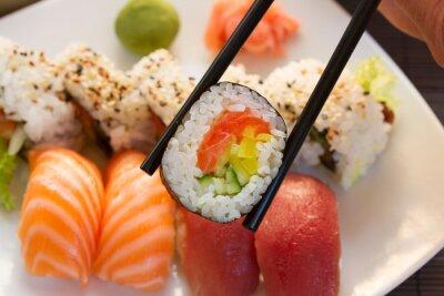 Papiers peints déjeuner avec plat de sushi