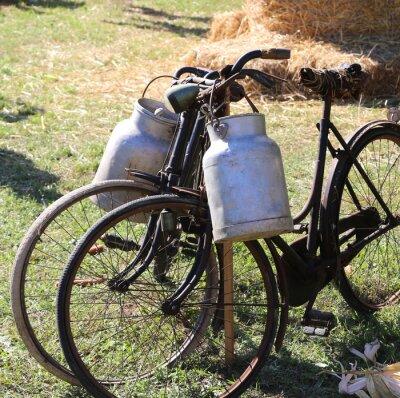 Papiers peints Deux bicyclettes rouillées anciennes pour le transport du lait dans la poubelle