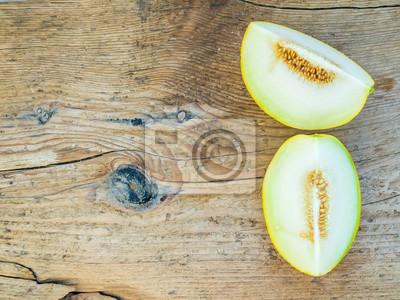 Deux morceaux de melon sur un fond en bois