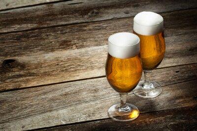 Papiers peints Deux verre de bière sur fond de bois avec atelier