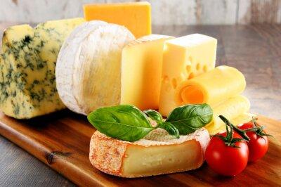 Papiers peints Différentes sortes de fromage sur la table de la cuisine