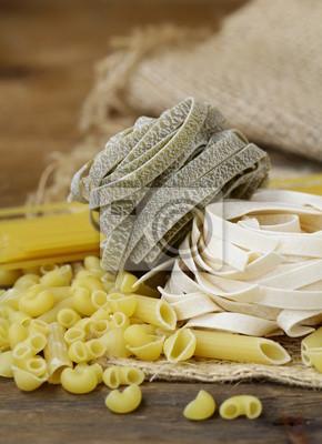 différentes variétés de pâtes italiennes sur une planche de bois