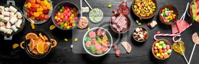 Papiers peints Différents bonbons sucrés, confits et confits dans un bol.