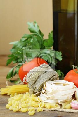 différents types de pâtes italiennes avec les tomates, les épices et l'huile