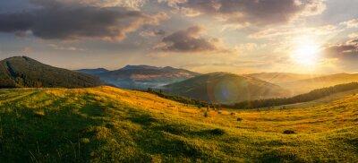 Papiers peints domaine agricole dans les montagnes au coucher du soleil