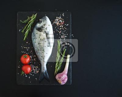 Dorado fraîche crue ou la brème poissons de mer avec légumes, herbes