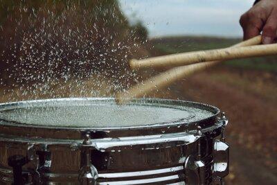 Papiers peints Drum avec de l'eau sur elle et éclaboussure après impact sur elle