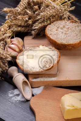 Du pain frais avec du beurre