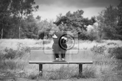 Eine anonyme einsame traurige frau sitzt allein auf einer for Papier peint a effet d optique