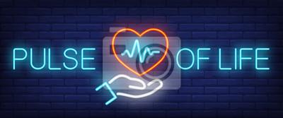 Enseigne au néon de l'impulsion de la vie. Main tenant coeur avec cardiogramme sur fond de mur de brique. Illustration vectorielle dans le style du néon pour la sensibilisation aux maladies cardiaques