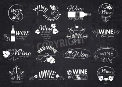 Papiers peints Ensemble d'étiquettes de vin, badges et logos pour la conception au-dessus du tableau noir. Illustration vectorielle.