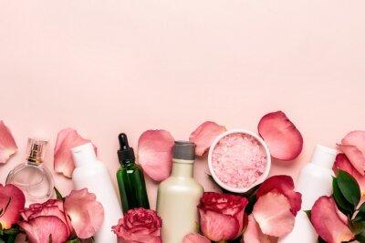 Papiers peints Ensemble de produits cosmétiques naturels à partir de roses. Concept de beauté et de soin de la peau