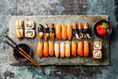 Papiers peints Ensemble de sushi servant d'aide à la pierre grise sur fond métallique